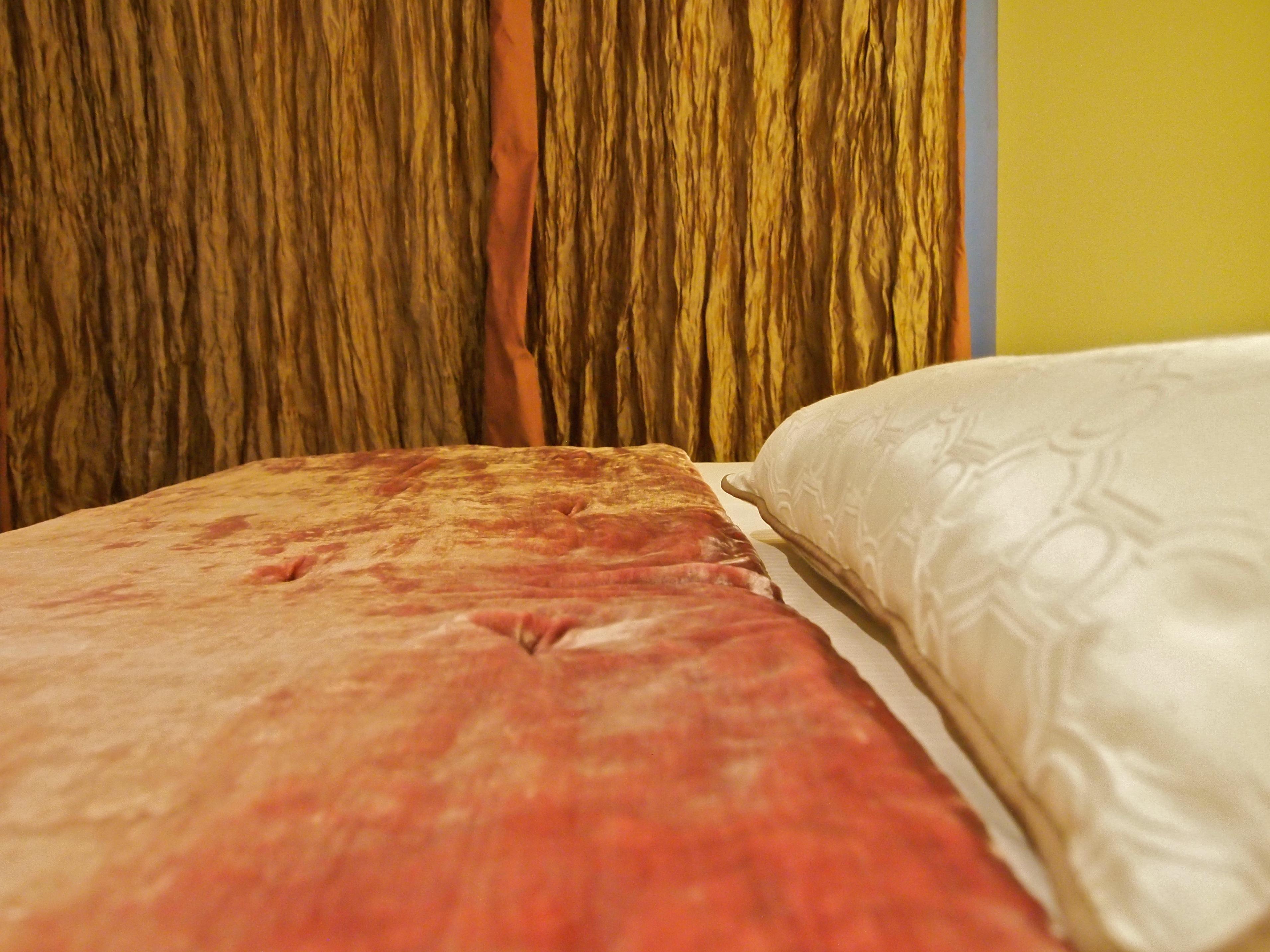 Hotel la belle juliette chambre romantique detail couvre lit ...