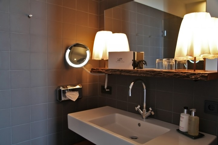 Hotel-The-Weinmeister-Berlin-Silencio-small-room-bathroom