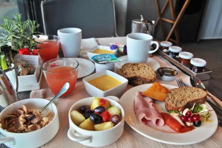 Terrass-Hotel-Paris-Silencio-Chambre-Deluxe-Vue-Eiffel-breakfast 01