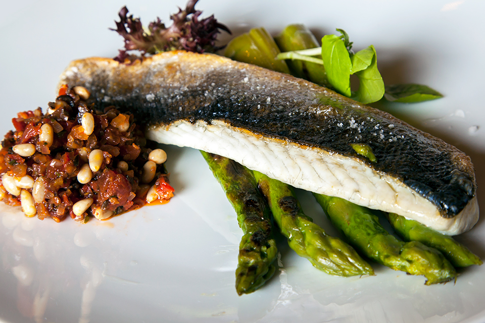 Restaurant-les-Paillottes-etangs-de-Corot-Silencio-poisson-asperges