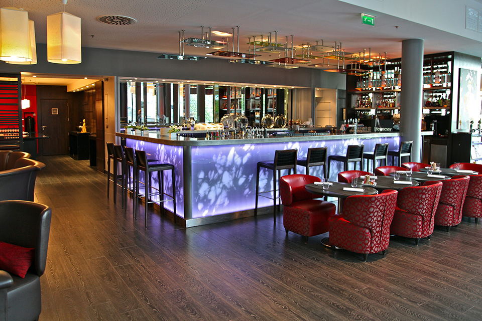 Renaissance paris makassar lounge silencio hotels luxe bar for Bar exterieur paris